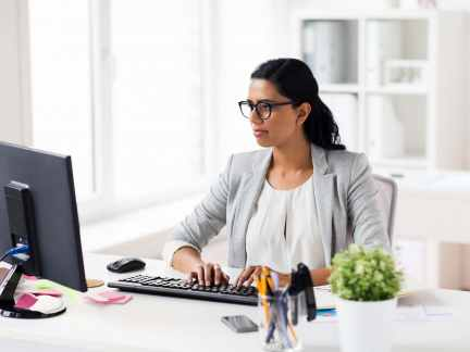 businesswoman-with-computer-working-at-office-p6sd7b3